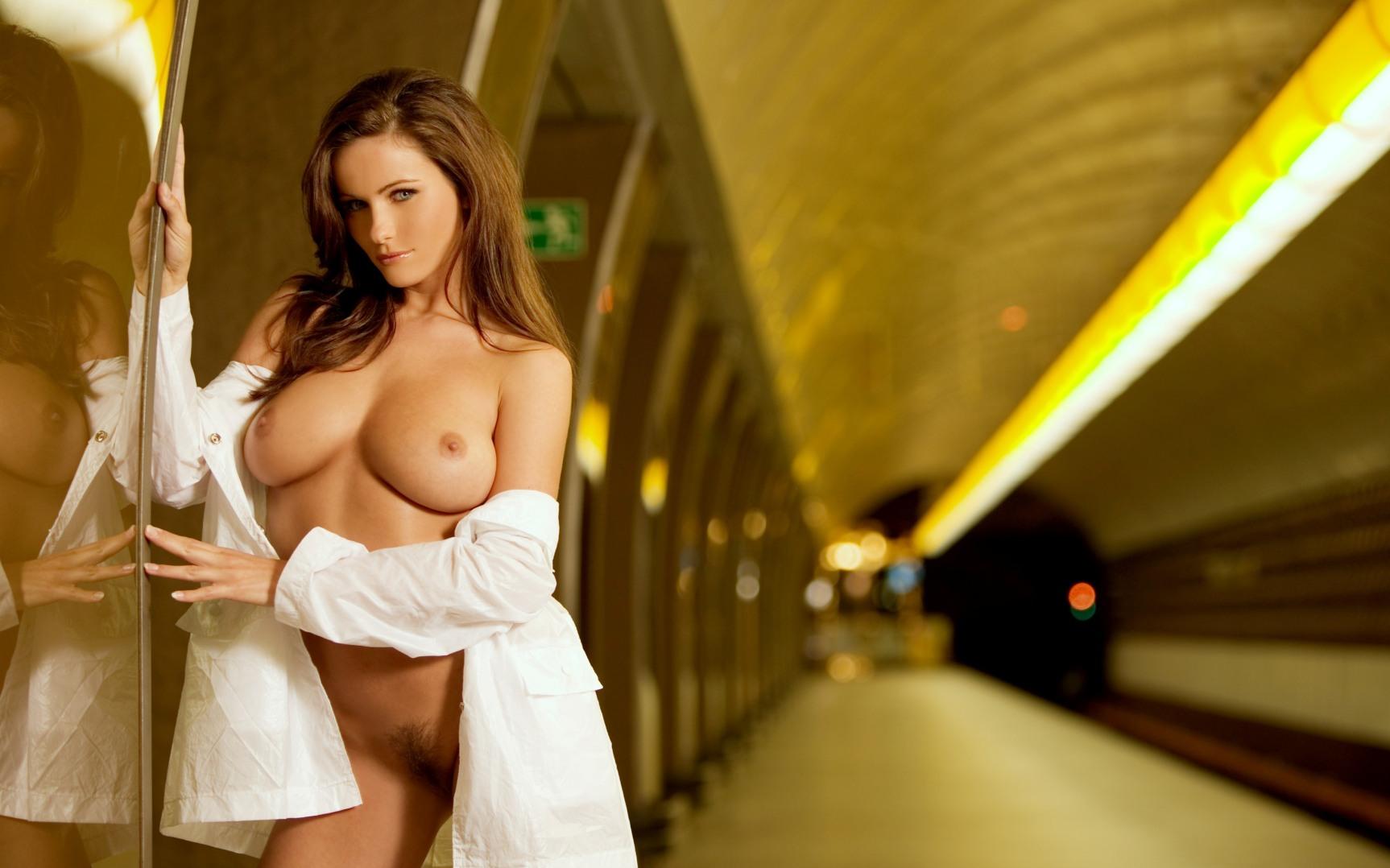 Красотка раздевается онлайн, порно гиганты смотреть